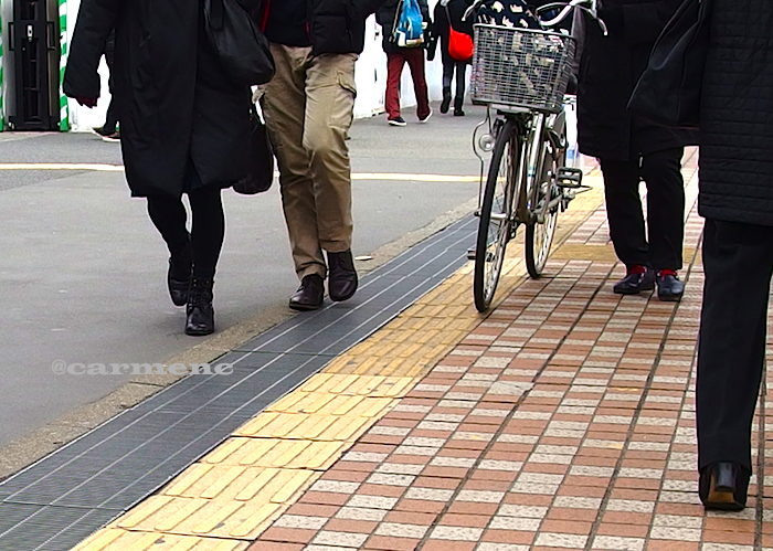 駅前通りの人々